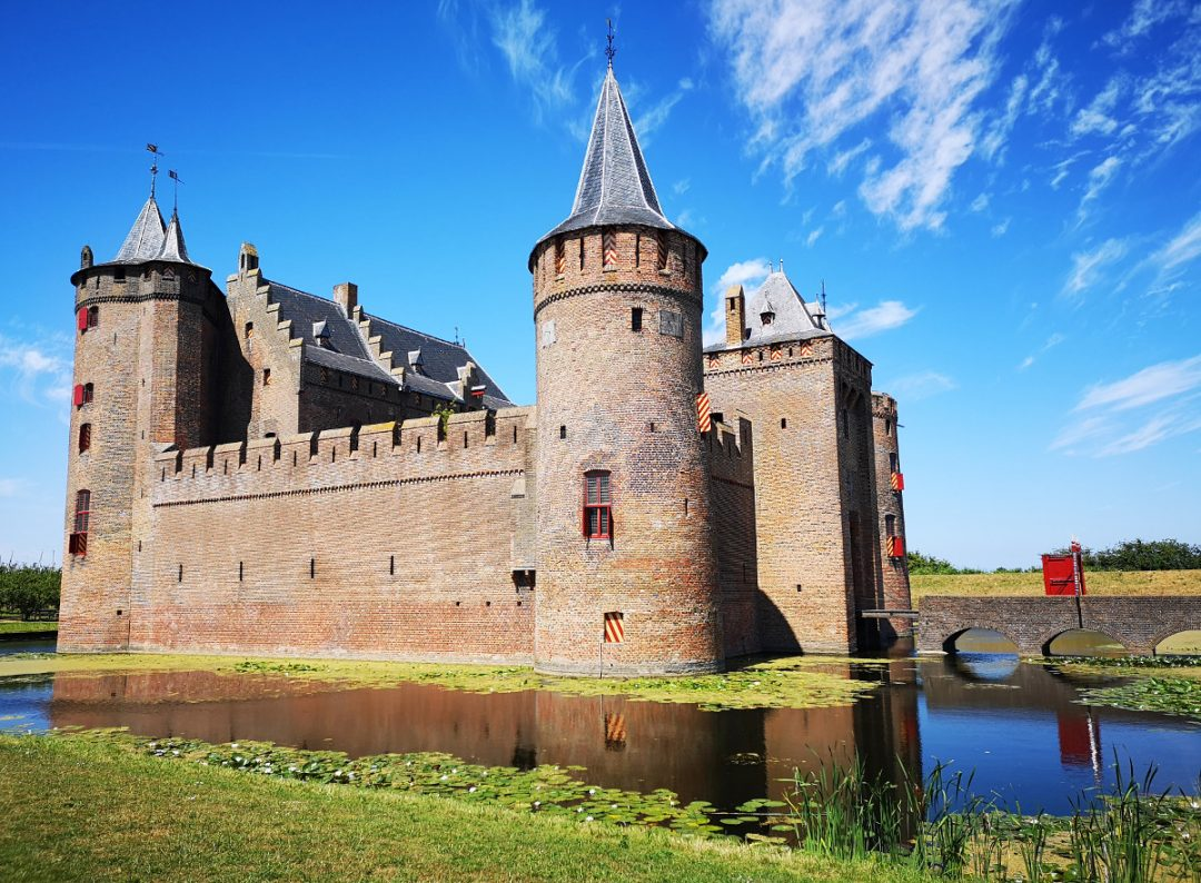 Find out everything you need to know about visiting the beautiful Dutch castle Muiderslot in the town of Muiden!